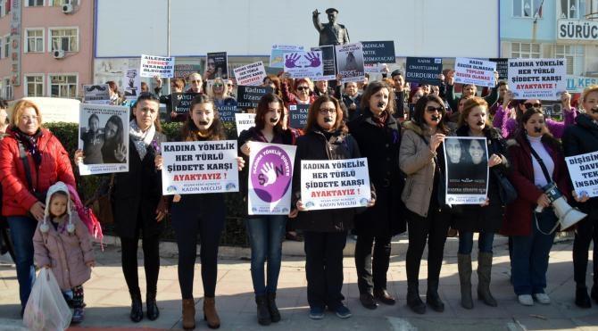 Kadına karşı şiddeti, ağızlarını bantlayarak protesto ettiler