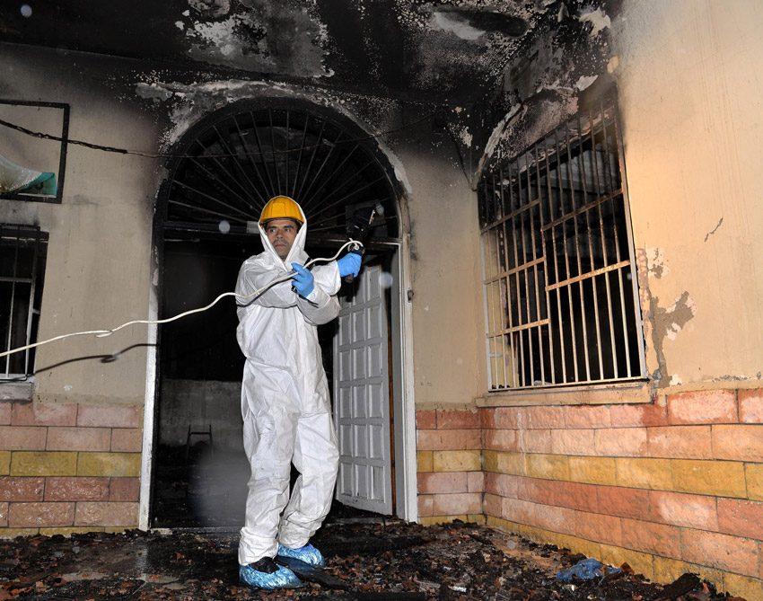 FOTO:DHA - Ekiplerin harabeye dönen yurt binasında araştırmaları sürüyor.