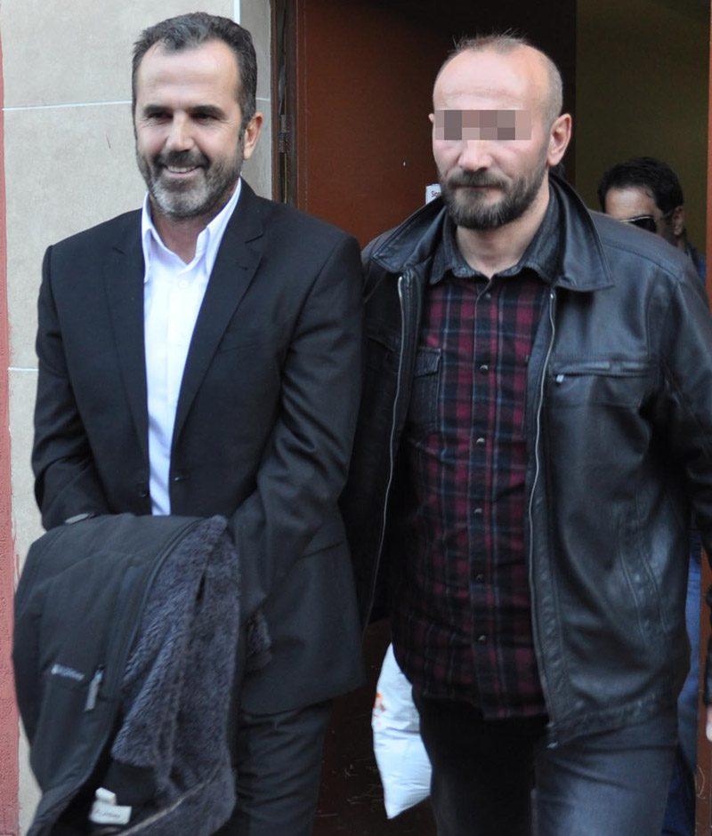 FOTO:DHA- Öztürk'ün eski emir astsubayı Ali Ü., ellerindeki kelepçeyi ceketiyle gizlemeye çalıştı. Ali Ü.'nün sürekli gülümsemesi de dikkat çekti.
