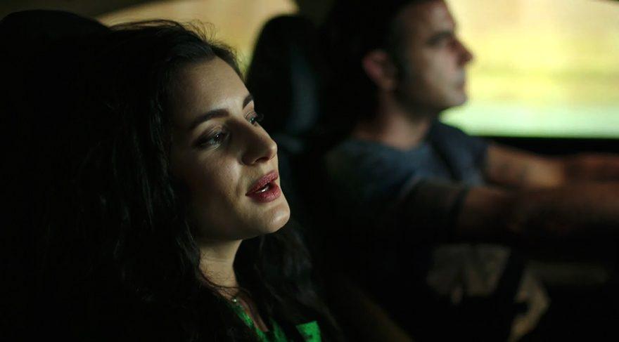 Evinden kaçmış, İstanbul'a giderek meşhur olmak isteyen şarkıcı Leyal ile Ali arasında bir kader birliği başlar.