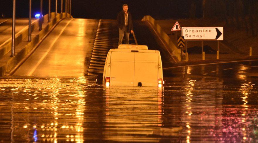 Su dolan alt geçitte araç üstünde 2.5 saat kurtarılmayı bekledi
