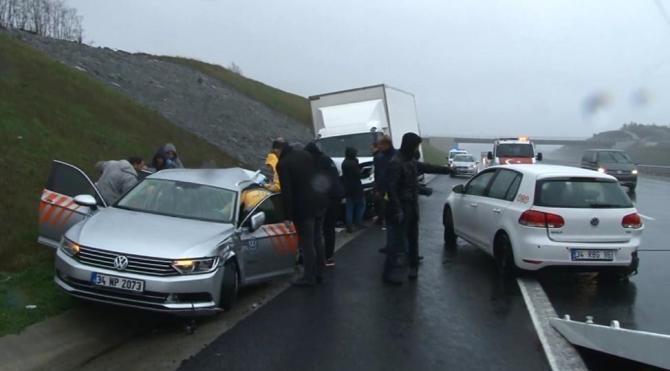 Emniyet şeridinde lastik değiştiren araçlara kamyonet çarptı: 1'i ağır 2 yaralı