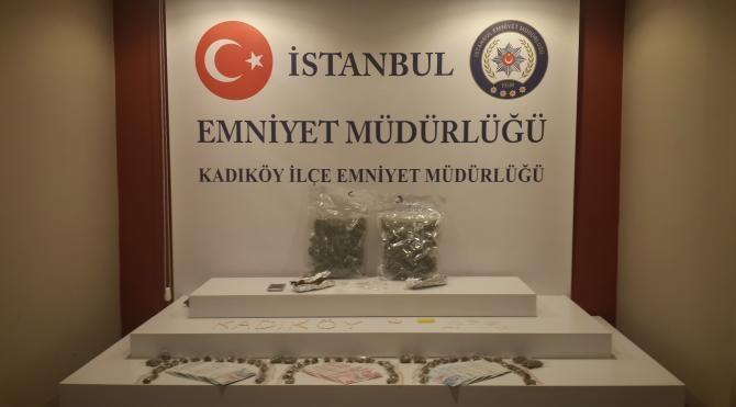 (Özel) Kadıköy'de bir otomobilde 1,5 kilogram uyuşturucu ele geçirildi