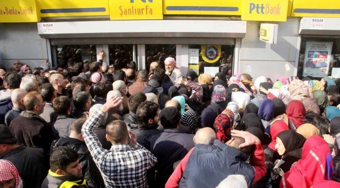 Şanlıurfa'da Suriyelilerin yardım izdihamı