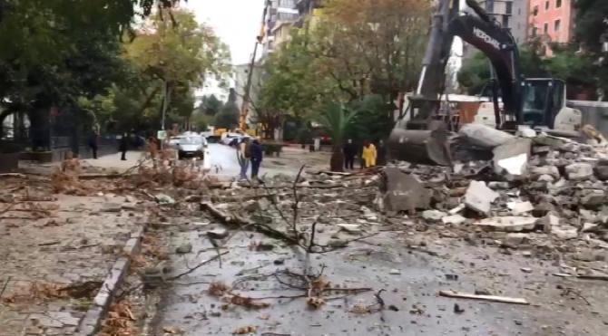 Kadıköy'de yıkımı yapılan binadan kopan beton parçaları yola düştü