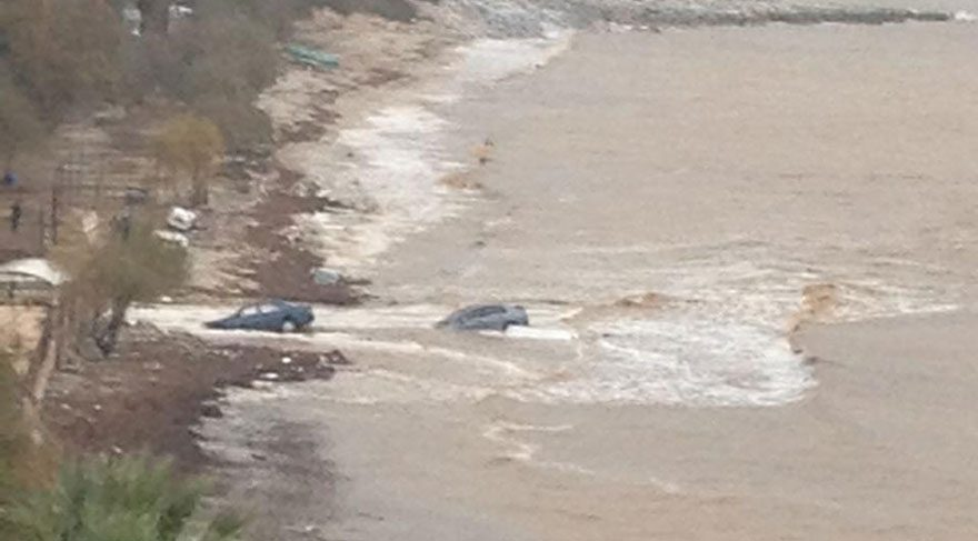 Yağmur sularının kaldırdığı 2 otomobil denize sürükledi