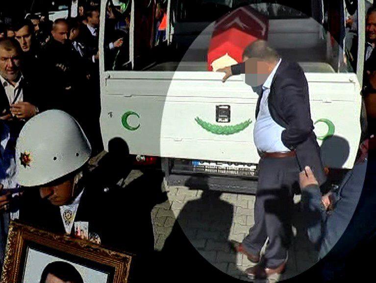 FOTO:İHA - Tahsin E. cenaze töreninde 'ağlarken' görüntülenmişti.