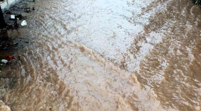 Bodrum'da patlayan boru, yolları göle çevirdi