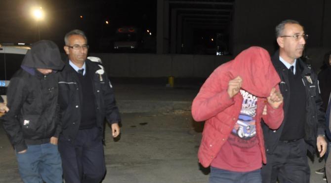 Çaldıkları otomobili itekleyerek götüren 4 genç, tutuklandı