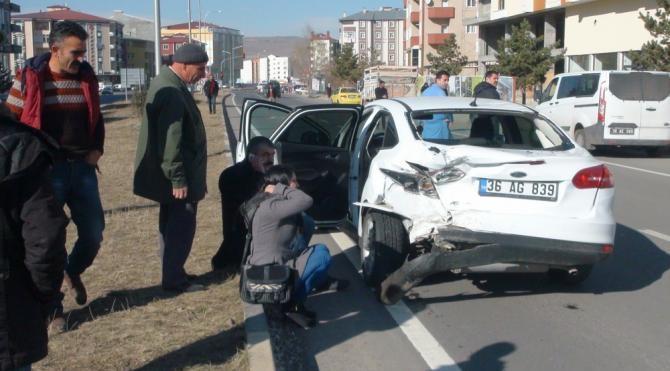 Hasta taşıyan ambulans, aniden çıkan otomobile çarptı