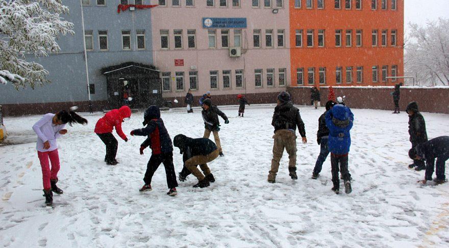 Erzurum'da yılın ilk kar topu!