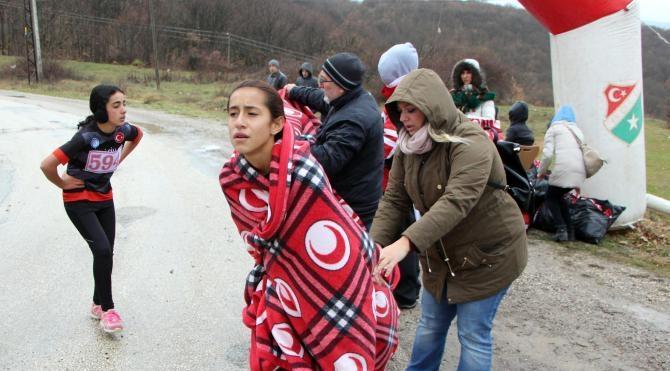 Bolu'da yağmur altında kros öğrencileri zorladı