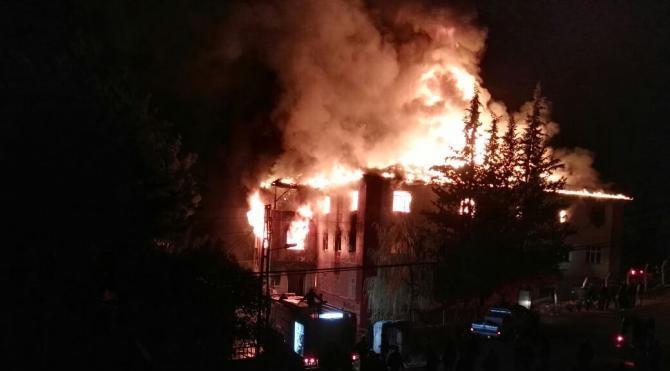Adana'da kız öğrenci yurdunda yangın: 12 ölü, 22 yaralı Yeniden