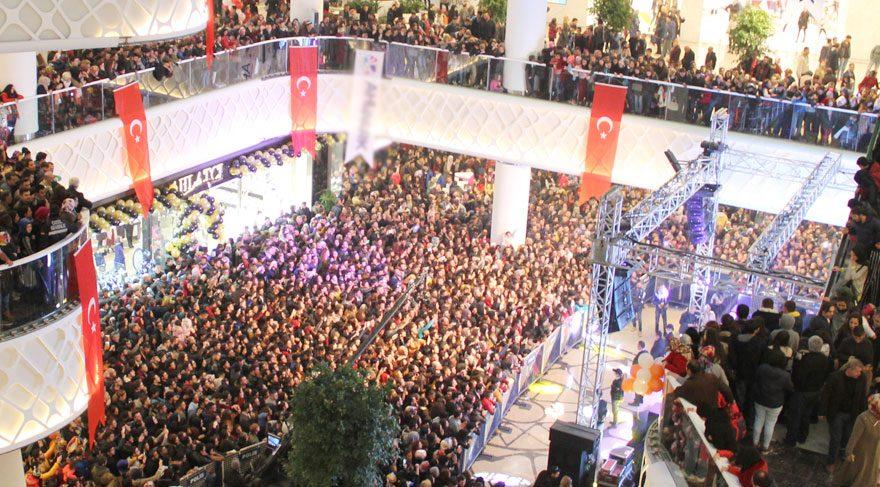Gülşen konserini izlemeye gelen kalabalık AVM'yi doldurdu