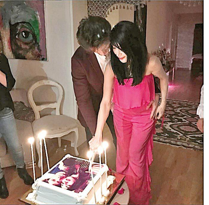 Hande Yener ve Cem Şenol, üzerinde kendi fotoğraflarının bulunduğu pastayı birlikte kestiler.