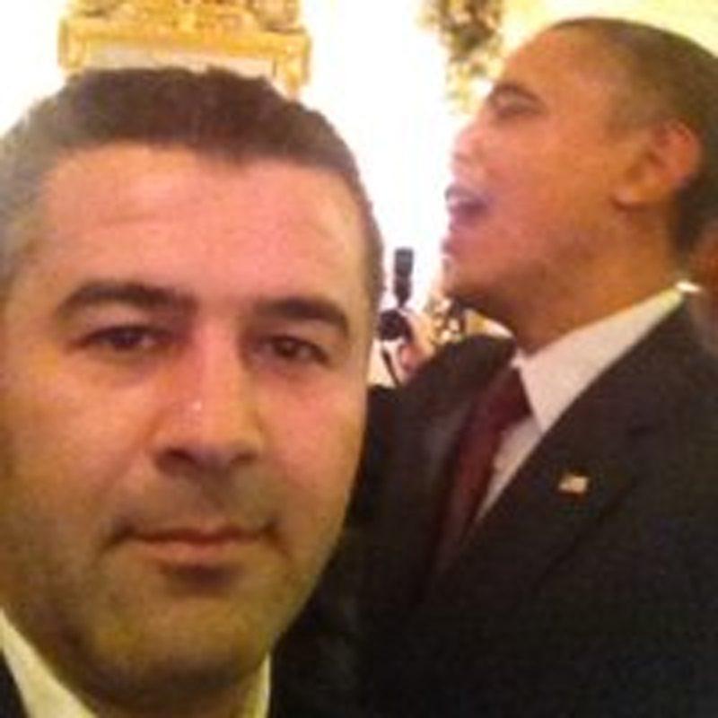 Kafeyi işleten Selahattin Karakuş'un ABD Başkanı Obama'yla fotoğrafı da var.