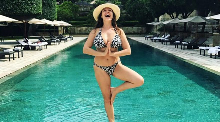 Kelly Brook'tan seksi yoga pozu