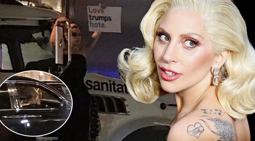 Lady Gaga ağlayarak gittiği Trump'ın kapısında eylem yaptı