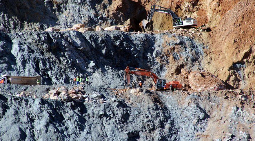 FOTO:İHA -Enkazda kalan işçileri arama-kurtarma çalışmaları sürüyor.