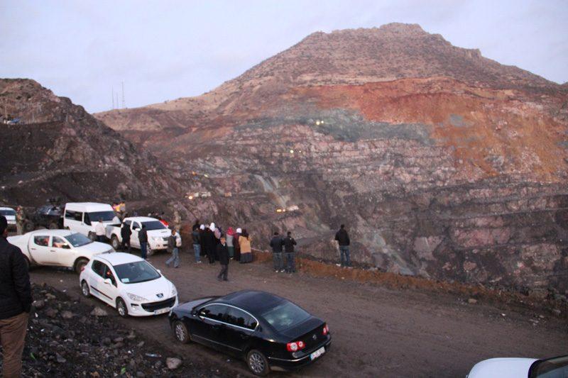FOTO:DHA - Toprak altında kalan işçileri arama çalışmaları sürüyor.