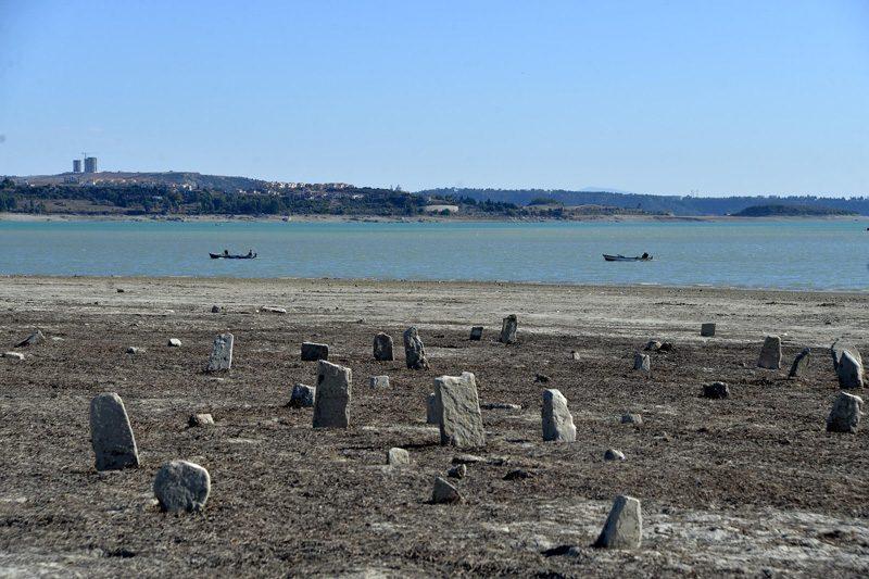 FOTO:DHA - 1956 yılında sular altında kalan mezarlık yeniden gün yüzüne çıktı.
