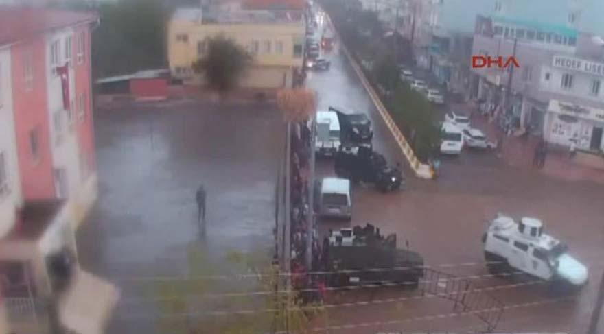 Yağmura yakalanan öğrencilere zırhlı taşıma!