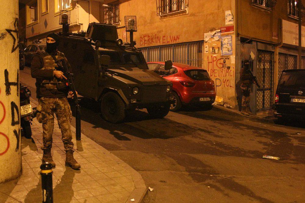 FOTO:DHA - Polisin operasyonu sürüyor.