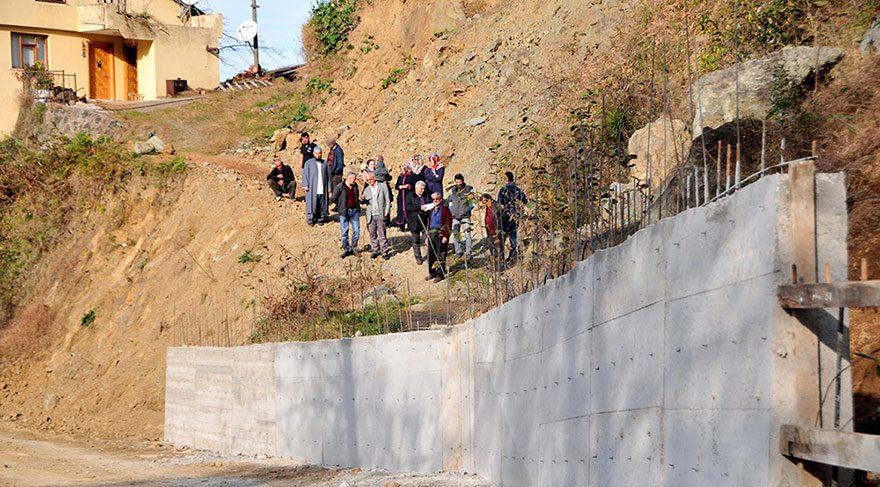 Rizeli İdris kuzenine kızdı yola beton ördü