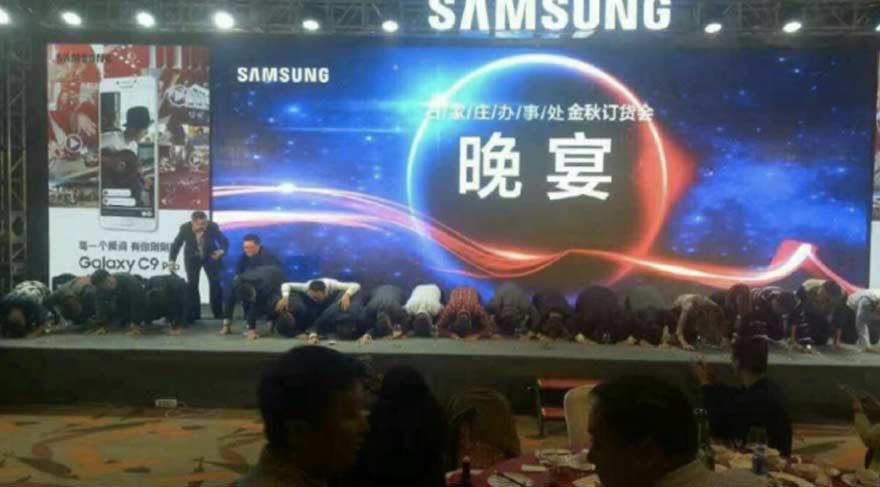 Samsung'un yöneticileri diz çöküp özür diledi