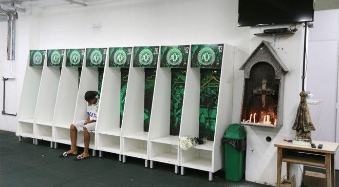 FOTO: REUTERS/ Chaoeceonse'nin 15 yaş altı takımında top koşturan Leandro Bastos, Arena Conda Stadyumu'nun soyunma odasında tek başına oturuyor.