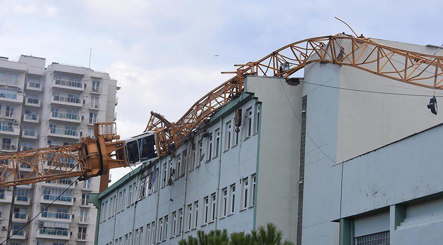 Vinç, üzerine devrildiği okulun çatısını yıktı