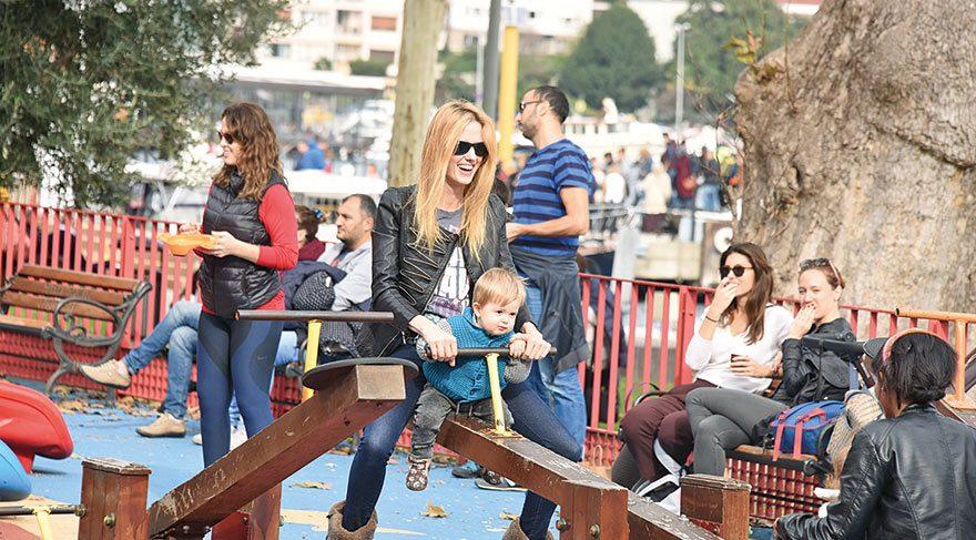 İkizleriyle parkta eğlendi