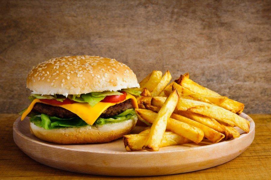 Bu ikisi birleştiğinde ise uzun süreli metabolik sendrom ve yoğun yaşlanma belirtileriyle karşılaşıyoruz. Hamburger patates yerine sebzeli burger ve salatalık turşusu tercih edebilirsiniz