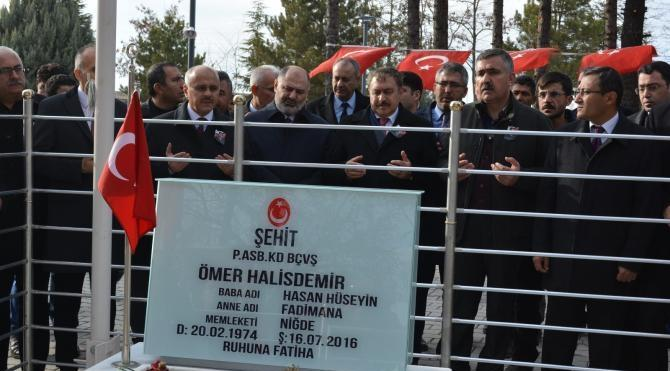 Bakan Eroğlu, Ömer Halisdemir'in kabrini ziyaret etti