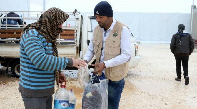 İHH'dan kamplara yerleşen Suriyelilere yardım