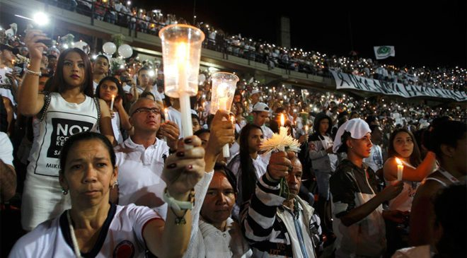 Atletico Nacional taraftarları, uçak kazasında hayatını kaybeden Chapecoense oyuncuları için maçın oynanacağı saatte stadyuma gelerek, anma töreni gerçekleştirdi. Atletico Nacional ile Chapecoense, Sudamerikana Kupası yarı finali için dün karşı karşıya gelecekti.