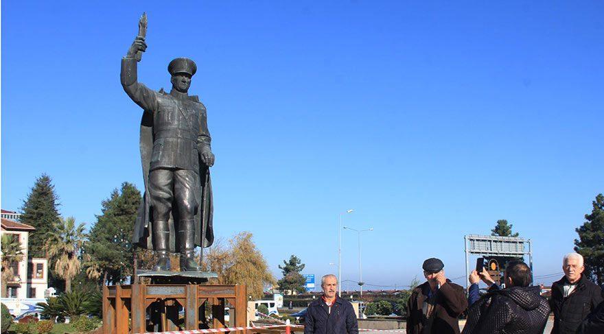 MEYDANDAN ALINDI, BURAYA KONULDU Önceki gün 15 Temmuz Demokrasi ve Cumhuriyet Meydanı'ndan sökülen heykel, valilik önündeki tören alanına yerleştirildi.