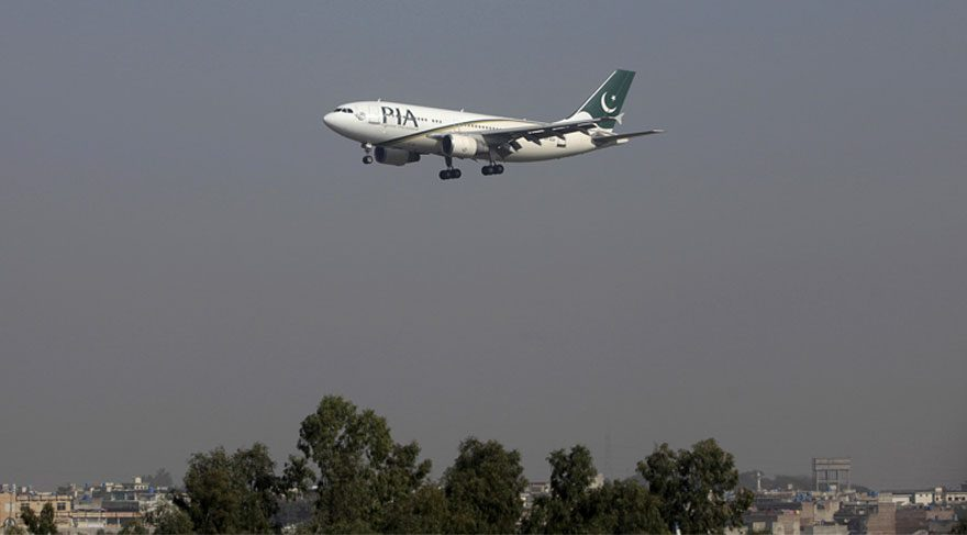 Pakistan'da yolcu uçağı düştü!