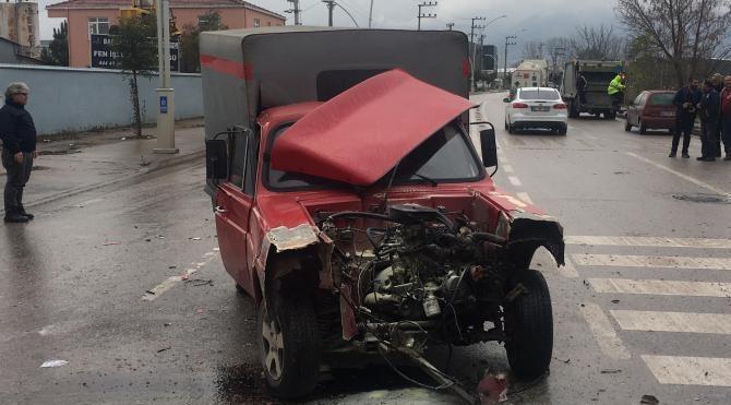 2 kamyonet ile 1 otomobil çarpıştı: 1 yaralı
