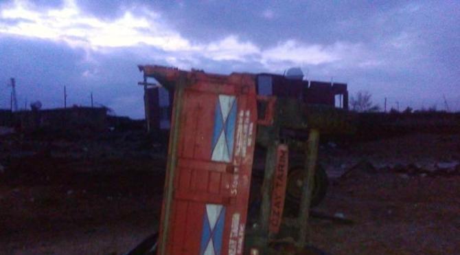Derik'te hortum evleri yıktı, traktör römorkunu sürükledi