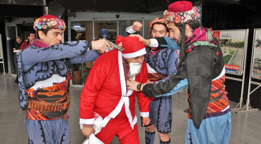Aydın'da ilginç Noel Baba protestosu