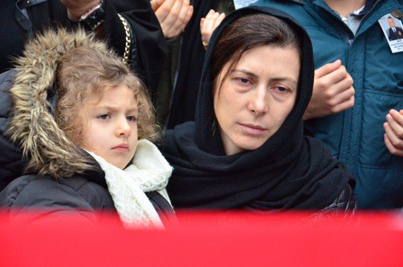 FOTO:İHA - Şehidin kızı Duru annesinin kucağında babasının tabutunu karşıladı.