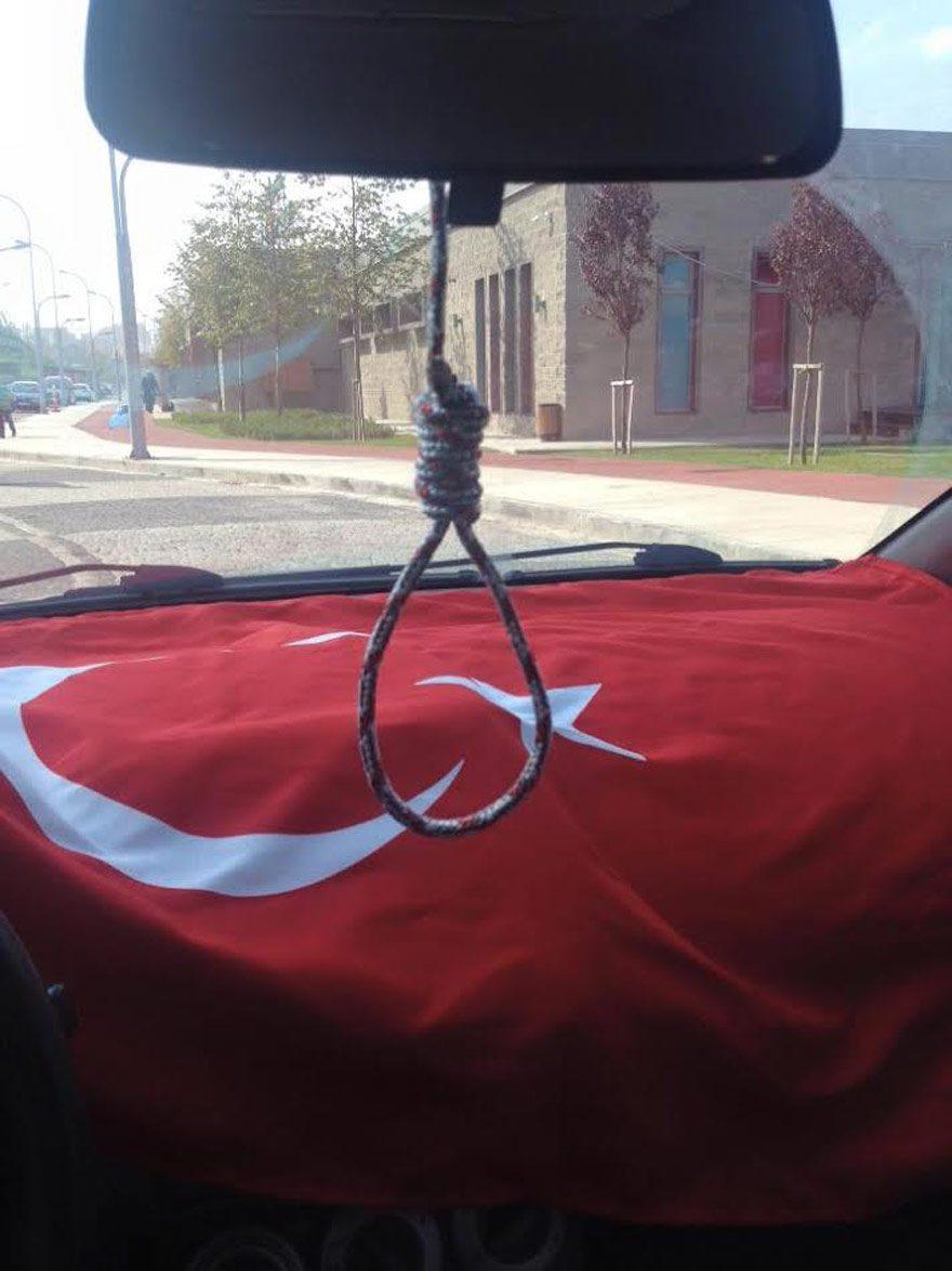 Öğretmen Aydın Erekmen'in Facebook'ta paylaştığı fotoğraflarda arabasında idam ipi astığı görüldü.