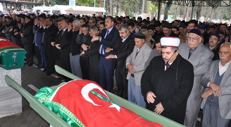 Gözaltında özel izinle yanarak ölen kızının cenazesine katıldı