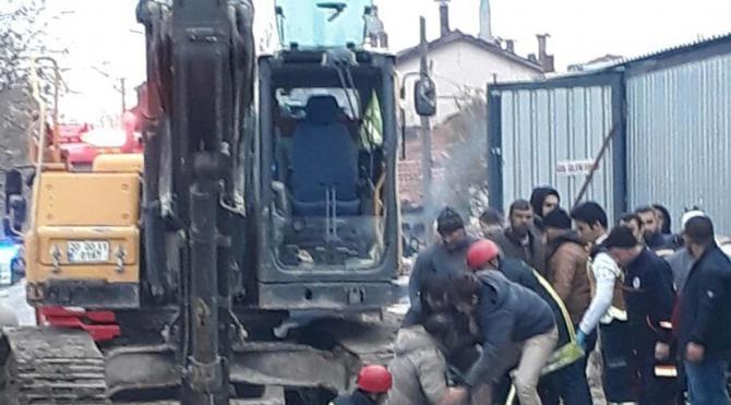 Göçük altındaki 2 işçiyi itfaiye kurtardı