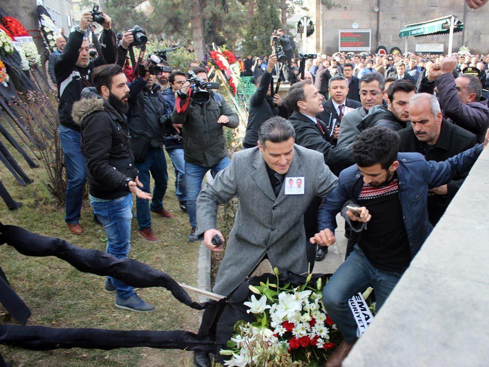 FOTO:İHA - CHP'nin çelengi, şehidin akrabası olduğunu iddia eden bir şahıs tarafından parçalandı.