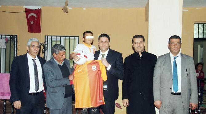 Bakan Kılıç'tan, AIDS'li çocuğa Galatasaray forması