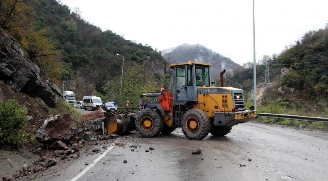 Zonguldak Ankara yolunda heyelan ulaşımı aksattı