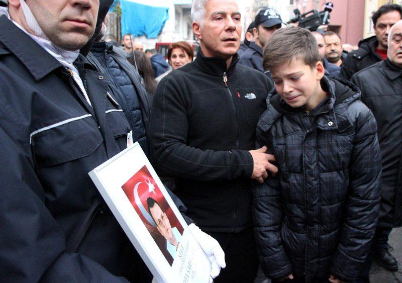 FOTO:DHA - Kaan Karakurdu babasının fotoğrafını görünce gözyaşlarını tutamadı.