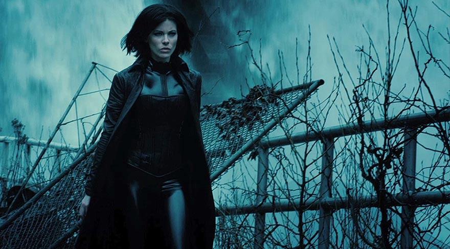 Selene, kendisine ihanet eden Lycan'ların ve Vampirler'in sürekli tehdidi altındadır. Bu zor durumda yanında sadece David ve babası Thomas vardır.